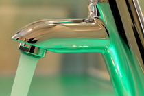 Chrome sink tap with running water von Sami Sarkis Photography