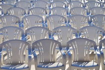 Rows of empty white plastic chairs von Sami Sarkis Photography