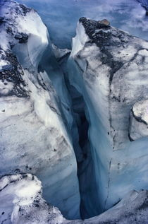 Crevice in the ice at Grinnell Glacier von Sami Sarkis Photography