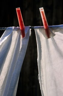 White sheets pegged on washing line von Sami Sarkis Photography