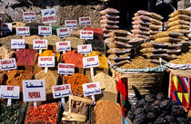 Herbs and spices displayed on stall in bazaar von Sami Sarkis Photography