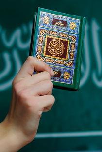 Boy's hand holding Koran von Sami Sarkis Photography