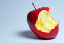 Half eaten red apple von Sami Sarkis Photography