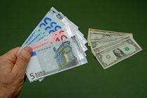 Man holding Euro banknotes von Sami Sarkis Photography