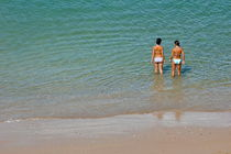 Two teenage girls bathing at the beach. von Sami Sarkis Photography