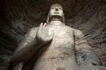Giant Buddha statue carved inside the ancient Yungang Grottoes von Sami Sarkis Photography