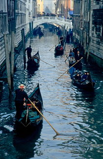 Rm-buildings-gondolas-narrow-tourists-venice-water-it078