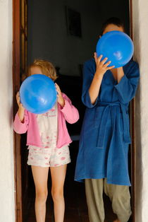 Children blowing up balloons von Sami Sarkis Photography
