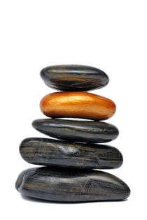 Golden pebble in stack of black pebbles von Sami Sarkis Photography