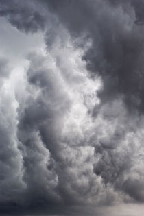 Heavy grey clouds in a stormy sky von Sami Sarkis Photography