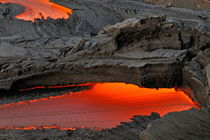 River of molten lava flowing to the sea von Sami Sarkis Photography