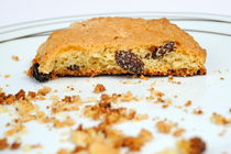 Half cookie and crumbs in plate von Sami Sarkis Photography