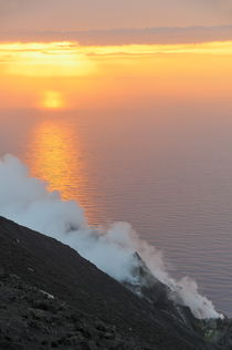 Fumaroles smoke from Stromboli Volcano von Sami Sarkis Photography