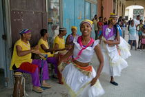 Cuban band Los 4 Vientos and dancers entertaining people in the street by Sami Sarkis Photography