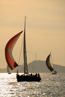 Sailboats at sunset navigating around Frioul Islands von Sami Sarkis Photography