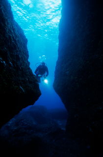 Rm-diver-light-ocean-floor-scuba-diving-underwater-uw265
