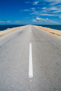 White dividing line marking a road going to Cayo Santa-Maria by Sami Sarkis Photography