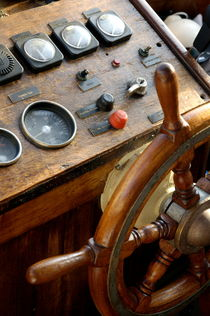 Rf-control-old-fashioned-ship-steering-wheel-mle425