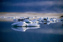 Floating icebergs reflected in the quiet waters of Jokulsarlon von Sami Sarkis Photography