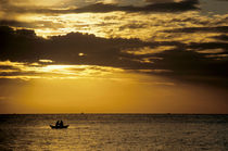 Fishermen in a rowboat silhouetted at sunrise. von Sami Sarkis Photography