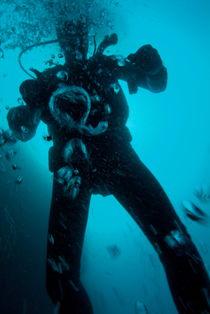 Bubbles surrounding a scuba diver underwater von Sami Sarkis Photography