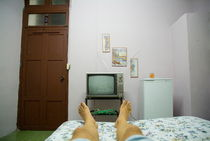Rm-bed-guesthouse-man-relaxing-santa-clara-tv-cub1130