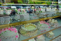 Cakes behind a store window von Sami Sarkis Photography