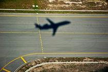 Shadow of an airplane taking off. von Sami Sarkis Photography