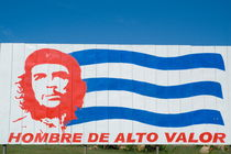 Billboard with the iconic Che Guevara portrait and national Cuban flag von Sami Sarkis Photography