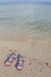 Flip-flops on beach von Sami Sarkis Photography
