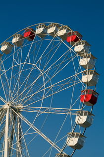 Red and white empty carriages on a ferris wheel at an amusement park. von Sami Sarkis Photography