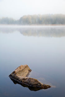 Early morning mist over lake in autumn von kbhsphoto