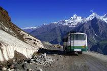 Bus Descending Rhotang Pass von serenityphotography