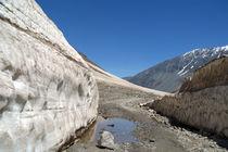 Snow Bank Lahaul Valley von serenityphotography