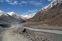 Dusty Road in Lahaul Valley von serenityphotography