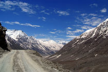 On the Road in Lahaul Valley von serenityphotography