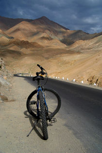 Mountain-biking-down-from-khardung-la-02