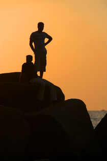 Silhouetted-figures-on-rock-at-sunset-palolem