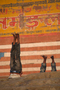Doing Yoga on the Ghats at Varanasi von serenityphotography