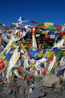 Prayer-flags-top-of-thorung-la