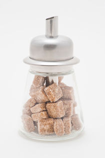 Sugar dispenser filled with brown sugar cubes von Lars Hallstrom