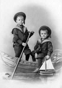 Auf zur See - zwei Kinder im Boot von Tibor Hegewisch