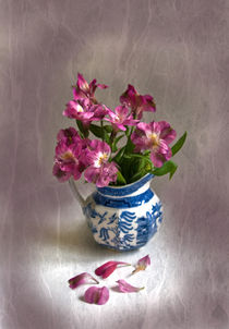 Pink Flowers in Blue Jug von Jacqi Elmslie