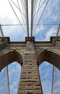 Brooklyn Bridge vor blauem Himmel by buellom