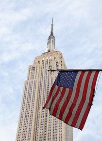 Empire State Building und amerikanische Flagge von buellom