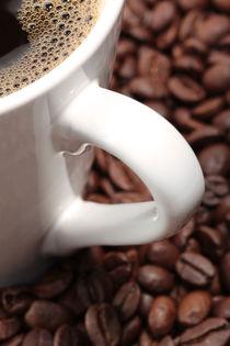 Kaffeetasse-mit-kaffee-und-kaffeebohnen