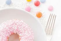 Pink donut with sprinkles von Lars Hallstrom