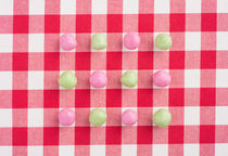 Candy on a red and white chequered tablecloth von Lars Hallstrom