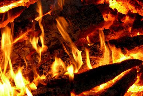 feuer flammen scheiterhaufen fotografie als poster und kunstdruck von pictaria bestellen. Black Bedroom Furniture Sets. Home Design Ideas