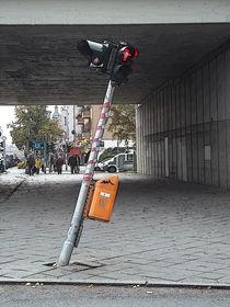...es steht eine krumme Ampel einsam am Straßenrand... by techdog